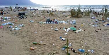 """Ferragosto a Capaci. Napoli: """"Spiagge pulite già il 15 mattina"""", ma le immagini dicono il contrario"""