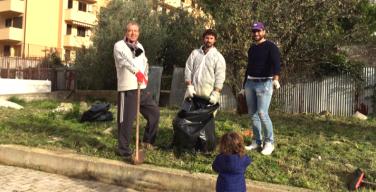 I volontari del comitato Social Gardening Capaci ripuliscono un'area verde abbandonata