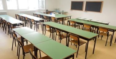 Il senatore Campanella dona banchi e sedie nuove alla scuola elementare di Isola delle Femmine