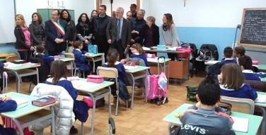 """Il senatore Campanella dona banchi alla scuola di Isola e lancia un appello ai parlamentari: """"Fate come me"""""""