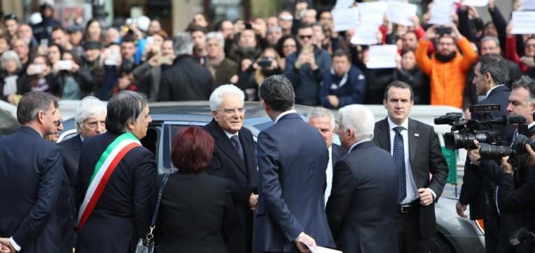 """Mattarella al Teatro Massimo. Sit-in dei lavoratori Almaviva: """"Presidente, il popolo è qui fuori"""""""