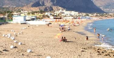 Smontate alcune pedane e bonificato un tratto di spiaggia e di scogliera di Isola delle Femmine