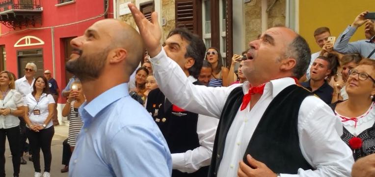 Antiche tradizioni: serenata per due giovani sposi a Cinisi