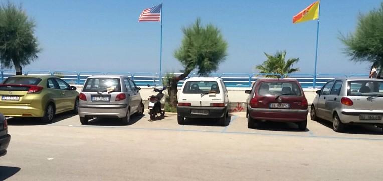 """Continuano le proteste per le strisce blu a Isola. Il sindaco: """"Pensiamo a soluzioni per i residenti"""""""