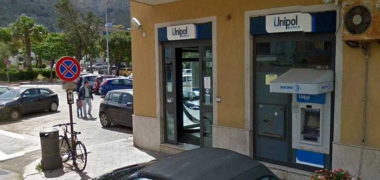 Isola delle Femmine, entra con un taglierino e rapina la banca Unipol