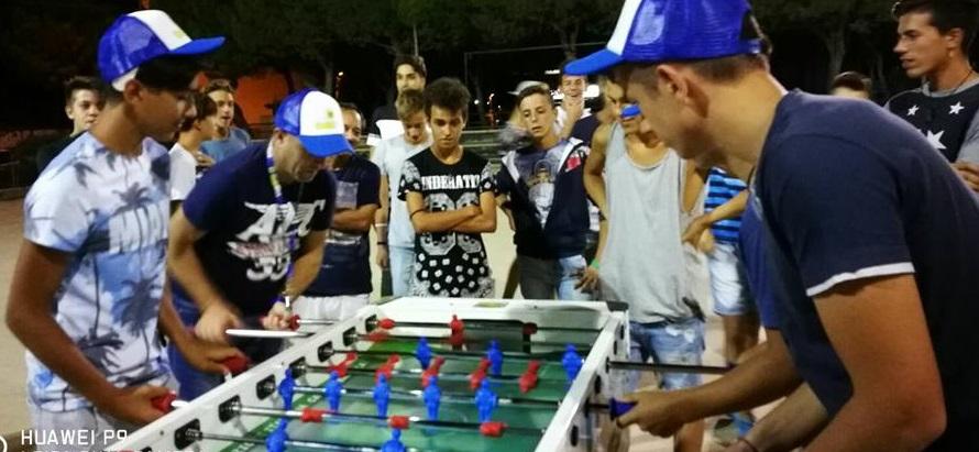 Isola, giovani e meno giovani si ritrovato in pista di pattinaggio per il torneo di calcio balilla