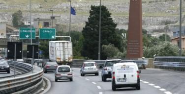 Capaci, travolgono un motociclista e scappano: fermati quattro tunisini