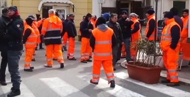 """Gli operai dell'Ato in sciopero. Sindaco Bologna: """"Situazione paradossale, da denuncia penale"""""""