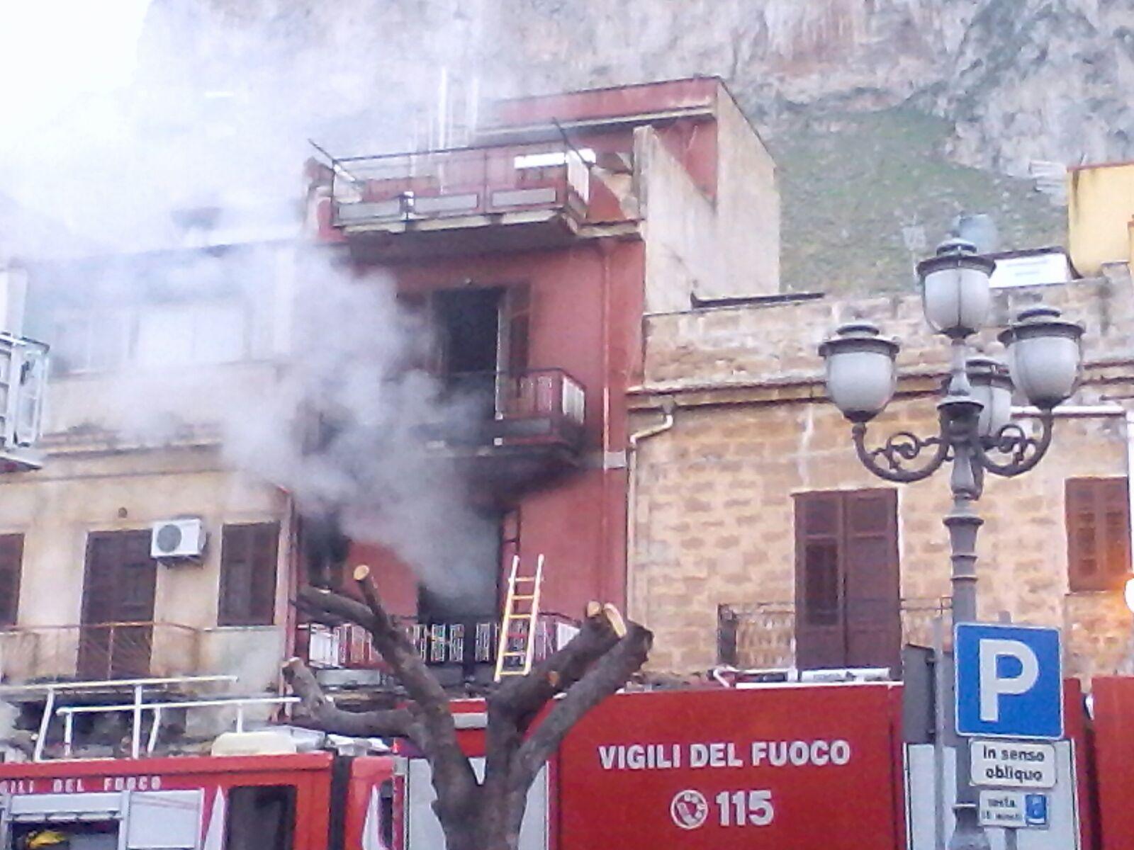 Scoppia un rogo in una palazzina di Capaci:  si lanciano dal balcone per sfuggire alle fiamme (VIDEO)