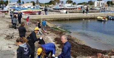 """Operazione """"Fondali puliti"""": associazioni, volontari e sub puliscono il porto e la scogliera di Isola delle Femmine (VIDEO)"""