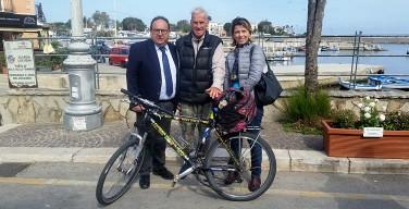 Ad 83 anni in bici in giro per il mondo: Janus River fa tappa ad Isola delle Femmine