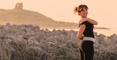 Lezioni di yoga sulla terrazza della biblioteca comunale di Isola delle Femmine