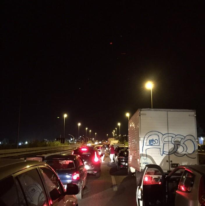A distanza di cinque ore dall'incidente, l'autostrada A29 è ancora bloccata.