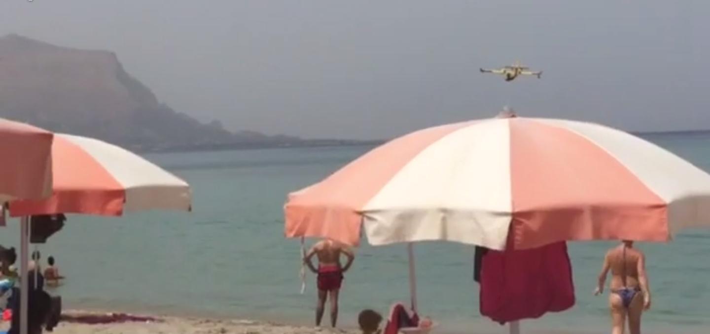 Canadair in azione sulla spiaggia di Isola delle Femmine (VIDEO)