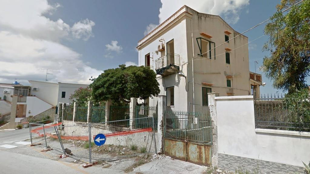 L'ex caserma dei vigili di Isola delle Femmine in stato di abbandono