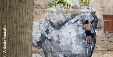 Capaci, street artist peruviano trasforma un muro degradato in un'opera d'arte