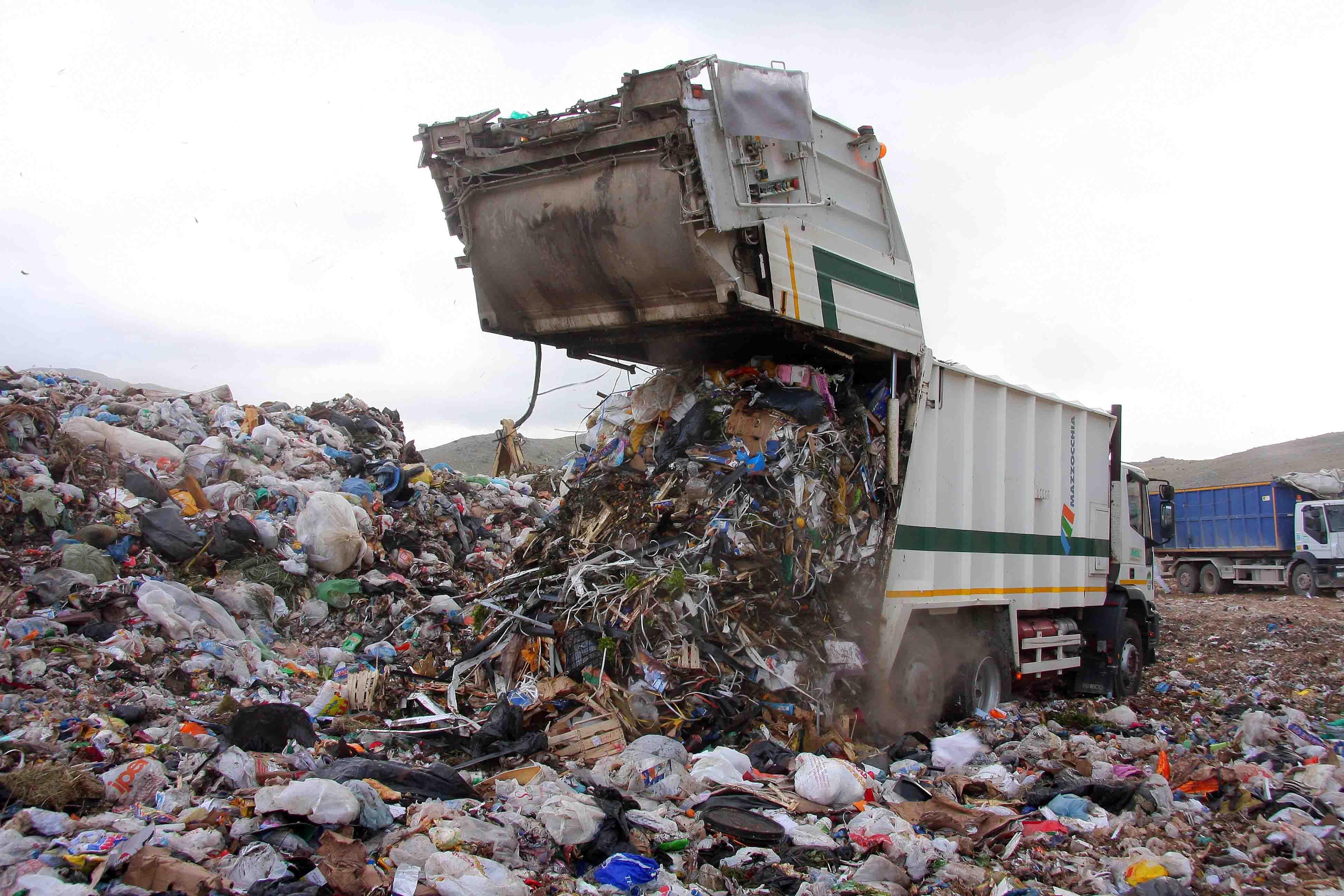 """Emergenza rifiuti nel palermitano, cinquanta sindaci lanciano l'allarme: """"Rischio aumento tassa sui rifiuti"""" (VIDEO)"""