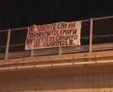 """Striscione contro Berlusconi dove fu ucciso Falcone: """"Chi ha finanziato la mafia non può essere gradito al Quirinale"""""""