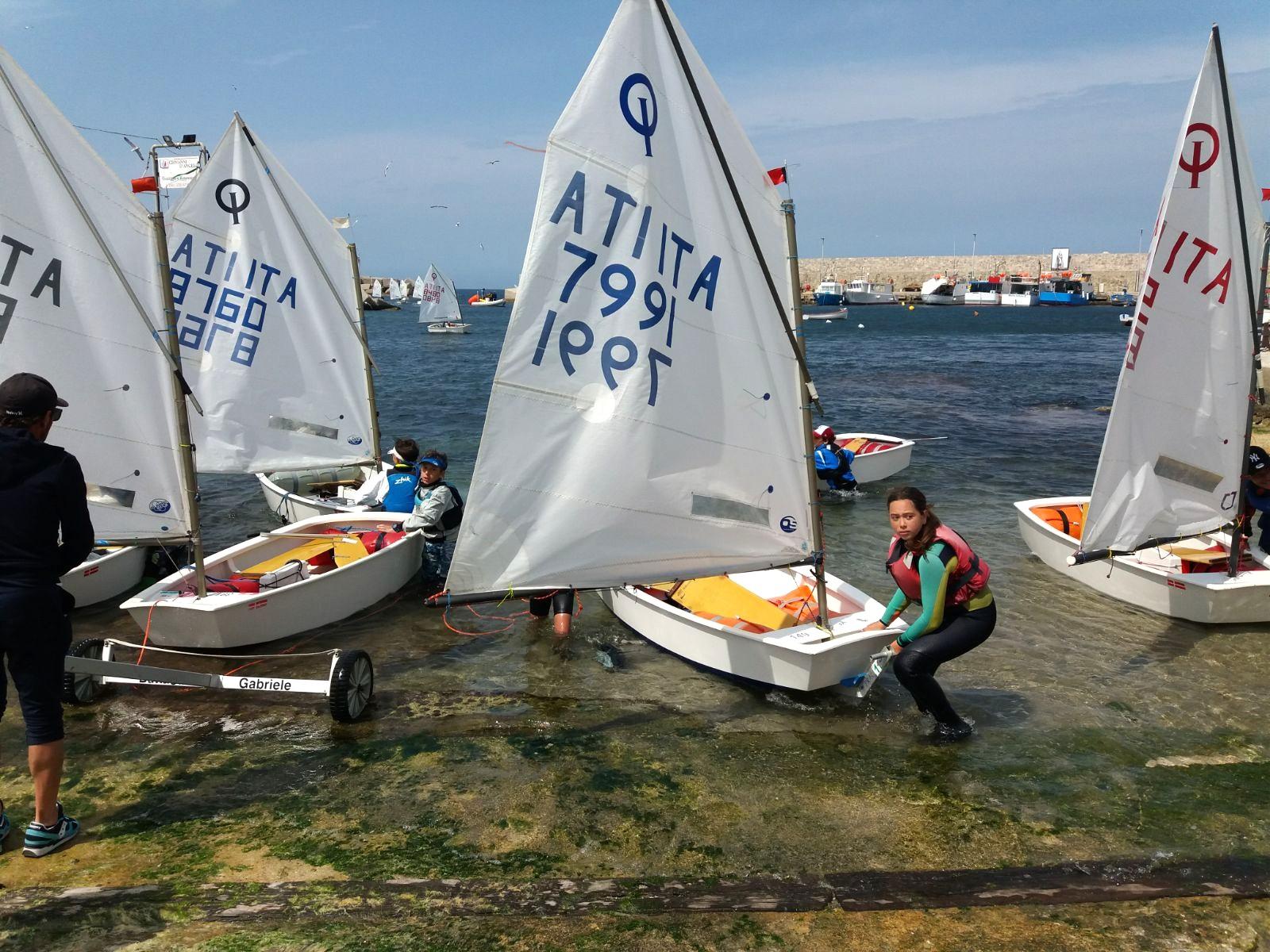 Giovani velisti ad Isola delle Femmine: raduno di 75 barche classe optimist