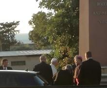 Papa Francesco in Sicilia, prima di ripartire si ferma davanti alla stele che ricorda la strage di Capaci